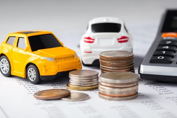 Autos mit Geld und Taschenrechner