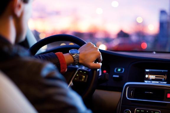 Autofahrer an Lenkrad